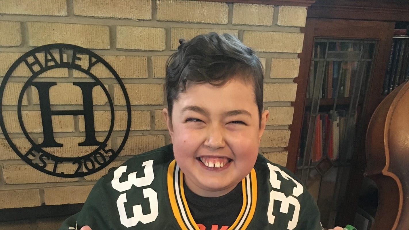 Packers RB Aaron Jones surprises 12-year-old who designed his custom cleats