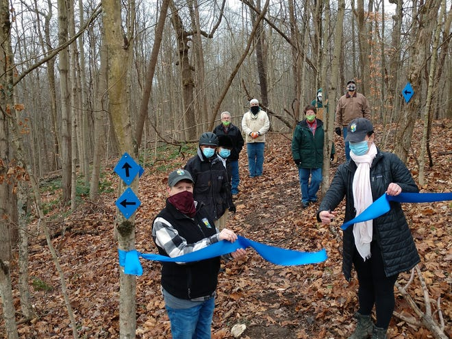 A ribbon cutting ceremony was held November 24 to celebrate the recent work completed at the Lobdell Reserve, a 210 acres reserve with eightmiles of trails and a championship caliber disc golf course.