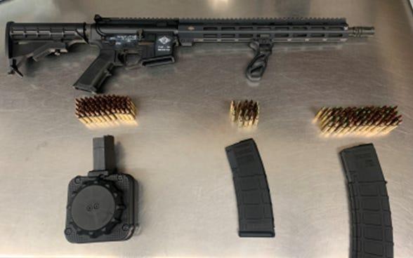 Deputi Oakland County mengatakan seorang pria ditangkap dengan senapan semi-otomatis yang mengendarai truk pickup.