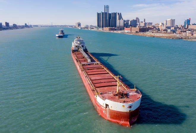 Kapal pengangkut Atlantic Huron, depan, dan Algoma Sault berlabuh di Sungai Detroit, dekat pusat kota Detroit, 3 Desember 2020. Kapal-kapal tersebut termasuk di antara beberapa yang berhenti karena kapal barang Harvest Spirit yang kandas Rabu pagi di dekat Grosse Ile, memblokir saluran pengiriman.