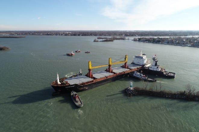 Kapal tunda membantu kapal barang Harvest Spirit, yang tetap terjebak di Sungai Detroit pada hari Kamis, 3 Desember 2020. Kapal tunda di area yang menawarkan bantuan termasuk Manitou, Wyoming, Clyde S. VanEnkevort, dan George F. Bailey.