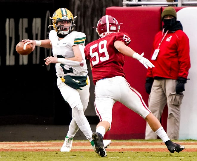 Gordo's Tanner Bailey (2) rushes to make a pass as Handley's Jacob Cottle (59) pressures him. The Gordo Green Wave fell to the Handley Tigers 35-20 in the AHSAA Class 4A state championship game on Dec. 4, 2020 at Bryant-Denny Stadium. [Photo/Hannah Saad]