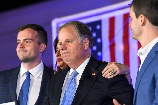Dalam foto 3 November ini, Senator Doug Jones, R-Alabama, menjadi emosional menjelang akhir pidato konsesinya selama pesta jaga malam pemilihan di Birmingham, Ala.
