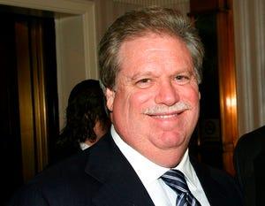 Dalam file foto 27 Februari 2008 ini, Elliott Broidy berpose untuk sebuah foto di sebuah acara di New York.