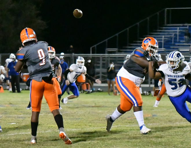 Palm Beach Gardens quarterback Lynden Moss fires a pass over the middle during the second quarter of Friday's playoff game against Wellington. He helped lead the Gators to a 24-10 win in the contest.