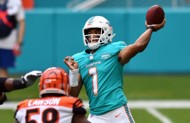 Dolphins quarterback Tua Tagovailoa (1) throws a short pass in the first quarter against the Cincinnati Bengals at Hard Rock Stadium