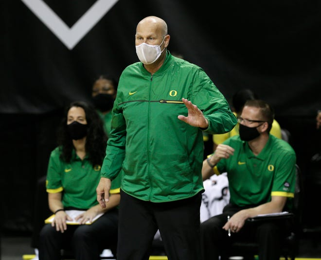 Oregon coach Kelly Graves calls to his team during the first half against Utah.