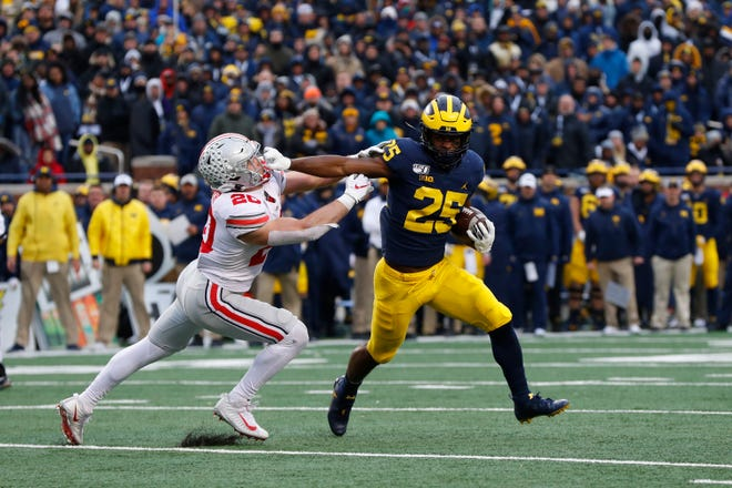 Hassan Haskins dari Michigan melawan Ohio State selama pertandingan tahun lalu di Ann Arbor.