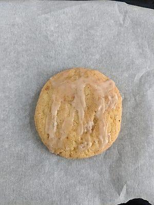 Snickerdoodle dengan lapisan eggnog menambahkan keceriaan liburan ke meja kue.