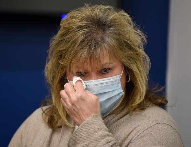 Diane Kaufman essuie ses larmes lors d'une conférence de presse du service de police de Metro Nashville le lundi 7 décembre 2020. Diane Kaufman est la mère de Caitlyn Kaufman, une infirmière de 26 ans aux soins intensifs de l'hôpital St. Thomas West, qui a été tuée dans un tournage sur I-440 la semaine dernière.
