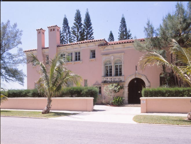 The landmarked Warden House was build by Addison Mizner. It was convertedinto six condominiumswithout the exterior being altered.