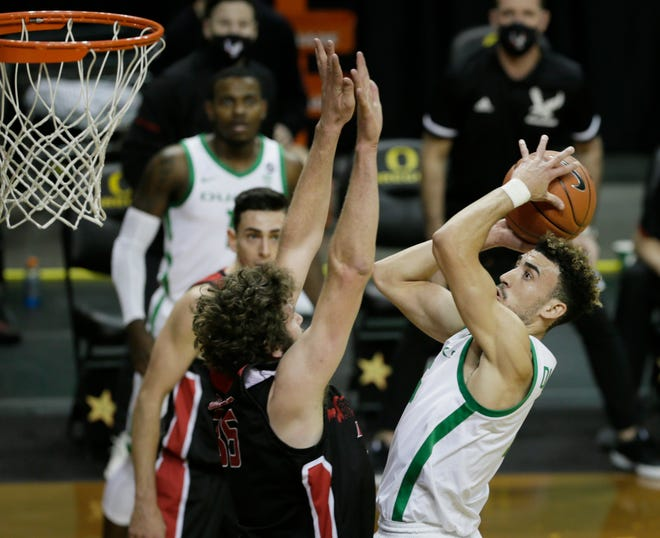 Oregon's Chris Duarte, right, shoots over Eastern Washington's Tanner Groves during the first half of Monday's game at Matthew Knight Arena. Durate and the Ducks host Florida A&M on Wednesday.