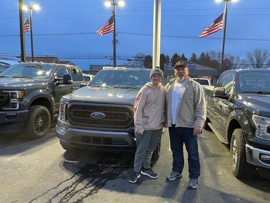 Rodney Boyer, kanan, berdiri bersama cucunya, Dominick Boyer, pada 3 Desember di Shults Ford di Wexford, Pennsylvania. tak lama setelah membeli F-150 2021 barunya.
