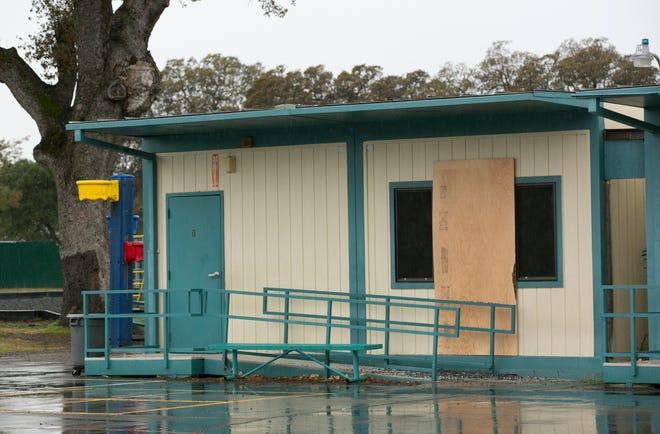 Pada hari Rabu, 15 November 2017 ini, file foto, kayu lapis menutupi salah satu jendela di Sekolah Dasar Rancho Tehama yang ditembak saat penembakan Kevin Janson Neal mengamuk di Cagar Alam Rancho Tehama, California. F