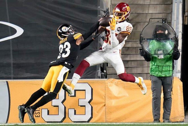 Tendangan sudut Pittsburgh Steelers Joe Haden (23) mematahkan operan yang ditujukan untuk Cam Sims (89) dari Tim Sepak Bola Washington pada babak kedua.