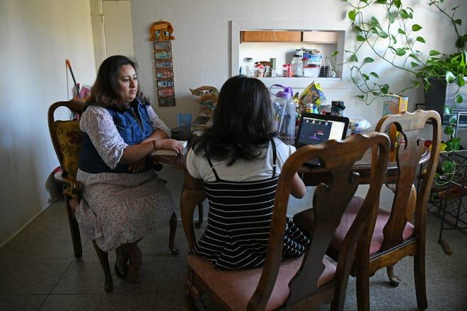 Aleida Ramirez, de 42 años, observa a su hija Emily, de 11 años, en su casa en Concord, California, el lunes 9 de noviembre de 2020. Ramírez perdió su trabajo y se convirtió en madre soltera en las primeras etapas de la pandemia.