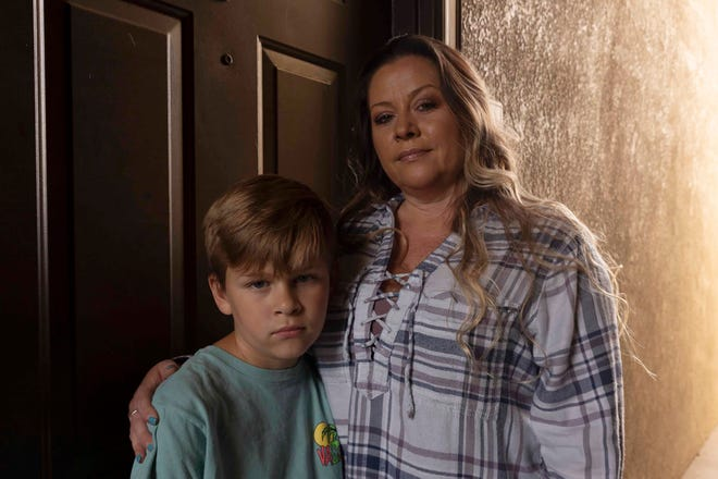 La camarera Teresa Trabucco solo puede trabajar los fines de semana cuando su hijo no está en clase. Ella se está atrasando con el alquiler y está considerando mudarse fuera del estado.