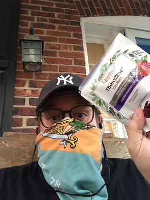 News Journal / Delaware Online, le journaliste Ryan Cormier remercie un membre de sa famille d'avoir envoyé des pastilles de zinc alors qu'il était en quarantaine avec COVID-19 le 28 novembre.