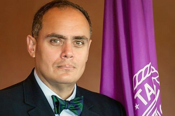 Dr. Alex del Carmen