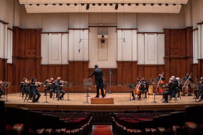 """Direktur Musik DSO Jader Bignamini memimpin orkestra jarak sosial pada bulan September. Pada hari Jumat, dia akan membawakan Simfoni Ketiga Beethoven, the """"Heroik."""""""