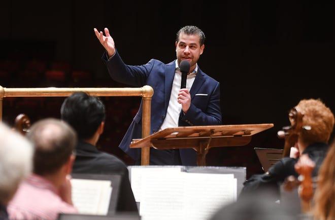 Konduktor Italia Jader Bignamini berpidato kepada anggota The Detroit Symphony Orchestra setelah pengumuman penunjukan direktur musik baru, menggantikan Leonard Slatkin selama upacara yang diadakan di Max M. Fisher Music Center di Detroit pada Januari 2020.