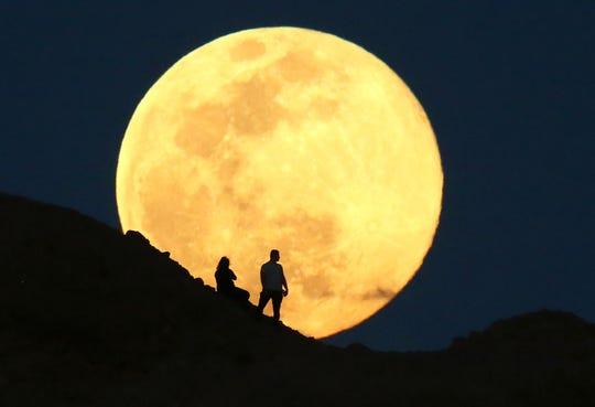 La Luna Gigante, nota anche come Luna Rosa, sorge su Papago Park Buttes il 7 aprile 2020 a Phoenix, in Arizona.