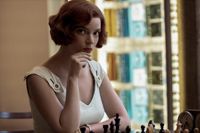 """Anya Taylor-Joy bat la concurrence en tant que prodige des échecs Beth Harmon dans Netflix """"Le gambit de la reine."""""""