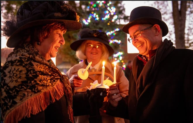 Cindy Arent, Lindy Thaxton, and Mayor Tom Orr prepare for the Christmas Candlelight Walk.