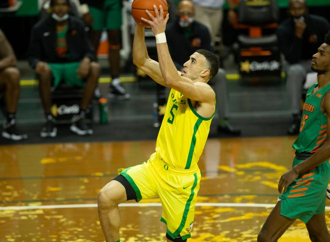 Oregon's Chris Duarte and the rest of the Ducks will take on San Francisco at home on Thursday.