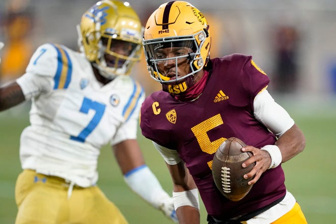 Quarterback Jayden Daniels (5) leads Arizona State against Arizona on Friday.