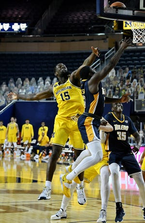 Guard Toledo Marreon Jackson (3) mengejar guard Michigan Chaundee Brown Jr. (15) di babak kedua. Michigan vs Toledo di Crisler Center di Ann Arbor, Mich. Pada 9 Desember 2020. Michigan menang 91-71.