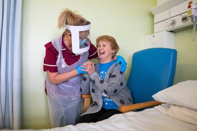 Margaret Keenan, 90 ans, première patiente au Royaume-Uni à recevoir le vaccin Pfizer / BioNtech covid-19, s'entretient avec l'assistante de la santé Lorraine Hill alors qu'elle se prépare à quitter l'hôpital universitaire de Coventry & Warwickshire, le lendemain de la réception de la première des deux doses de le vaccin, le 9 décembre 2020 à Coventry, Royaume-Uni.  Le Royaume-Uni est le premier pays au monde à commencer à vacciner les gens avec le jab Pfizer / BioNTech.