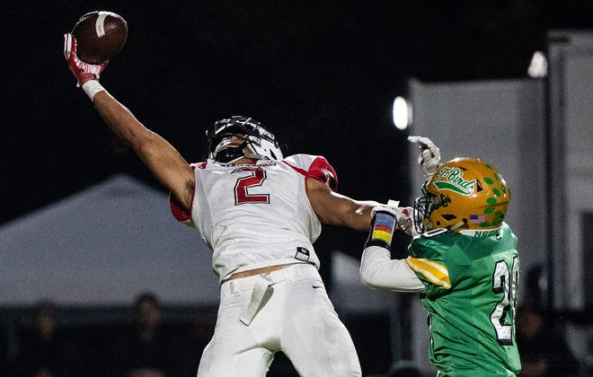 Emeka Egbuka makes a one-handed touchdown catch in the Washington 2A state championship game in December 2019.