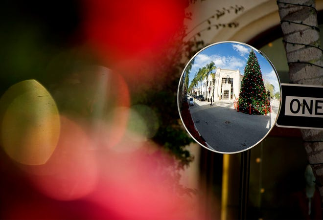 The Worth Avenue Association tree signals that the holidays are here. [MEGHAN MCCARTHY/palmbeachdailynews.com]