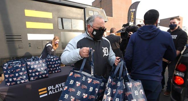 Detroit Tiger Executive VP Al Avila meletakkan tas di bagian belakang kendaraan.