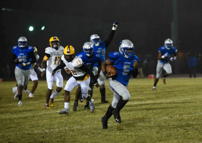 Dillard running back Jaferris Finley (5) carries the ball down the field en route to the first touchdown of the game during the first half of the Class 1A-6A Gold Bracket semifinal against Glades Central.