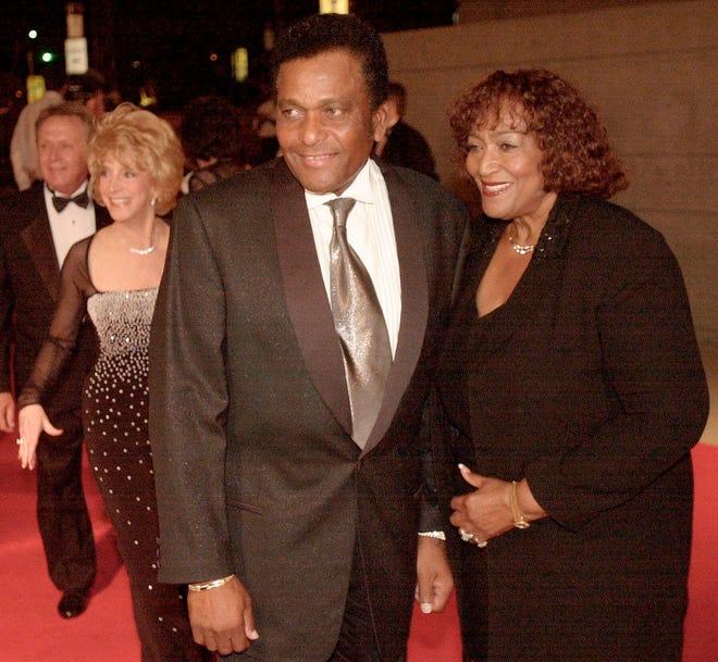 FILE - Dalam file foto 26 Oktober 2000 ini, legenda musik Country Charley Pride bersama istrinya Rozene tiba di Gaylord Entertainment Center untuk merayakan, Garth Brooks menjual 100 juta album, selama pesta pribadi untuk menghormatinya di Nashville, Tenn .