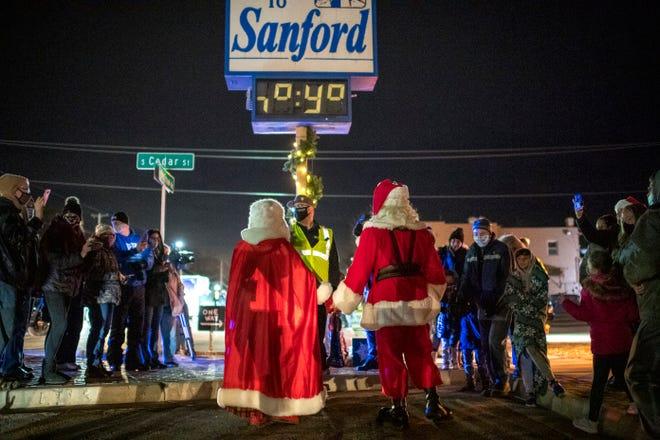 Sinterklas dan Nyonya Klaus tiba di pusat kota Sanford selama Sanford Shines, upacara penerangan pohon untuk merayakan banyak keberhasilan yang terkait dengan pembangunan kembali komunitas di Sanford pada 11 Desember 2020.