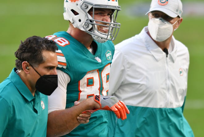 Dolphins tight end Mike Gesicki leaves the Chiefs game with a shoulder injury.