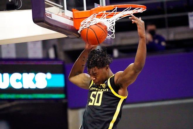Oregon's Eric Williams Jr. dunks against Washington in the first half on Saturday. (AP Photo/Elaine Thompson)