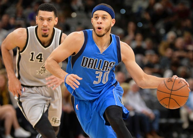 Mavericks guard Seth Curry dribbles in front of the Spurs' Danny Green. Curry and Green are Sixers teammates this season.