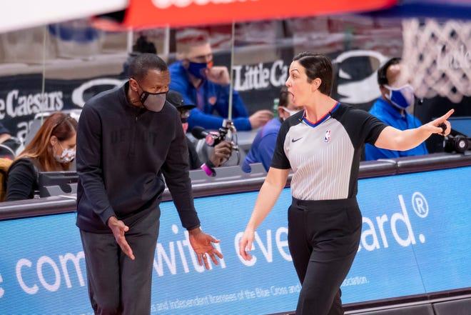 Pelatih kepala Detroit Dwane Casey berdebat dengan ofisial Lauren Holtkamp di babak pertama.