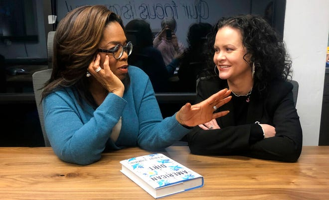 """Dalam file foto 13 Februari 2020 ini, Oprah Winfrey, kiri, dan """"Kotoran Amerika"""" penulis Jeanine Cummins muncul di ruang konferensi tepat di atas Studio Modern di Tucson, Ariz., di mana mereka merekam acara Klub Buku Oprah tentang buku kontroversial Cummins."""