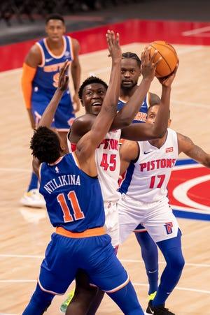 Penyerang Detroit Sekou Doumbouya mencoba melewati guard New York Frank Ntilikina pada babak kedua.