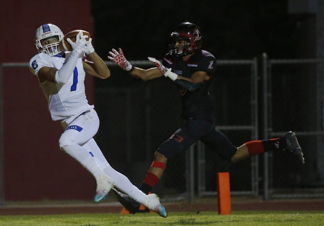 Chandler's Kyion Grayes (7) makes a touchdown catch against Liberty's Zay Johnson (3) during the second half at Liberty High School in Peoria, Ariz. on Oct. 1, 2020.