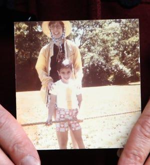 Stacey Baum, 51 ans, de Thornwood, qui a grandi à Chicago, tient une photo d'elle avec son professeur de maternelle, Sue Chait.  Baum a récemment entendu parler de son professeur après 13 ans.