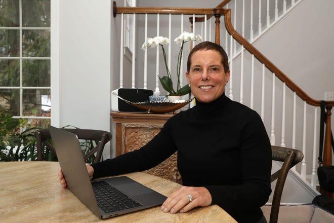 Stacy Bergman d'Armonk a renoué avec des amis de son lycée à Baltimore.  Ils ont maintenant des heures de cocktail Zoom, des clubs de lecture, etc. Bergman est photographié à la maison le 14 décembre 2020.