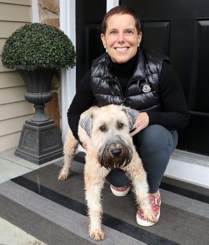 Stacy Bergman d'Armonk a renoué avec des amis de son lycée à Baltimore.  Ils ont maintenant des heures de cocktail Zoom, des clubs de lecture, etc. Bergman et son chien Dory à la maison le 14 décembre 2020.