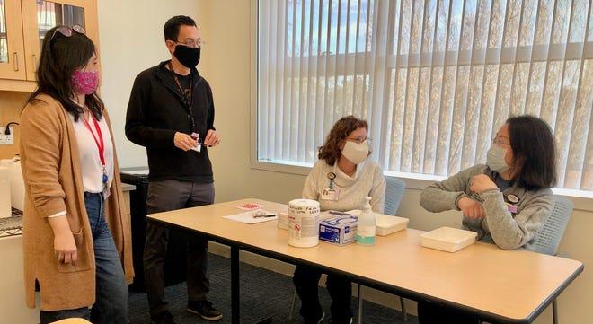 La pharmacie UCI Health et d'autres membres du personnel de l'hôpital organisent une séance de contrôle du vaccin COVID-19 le dimanche 13 décembre 2020 alors qu'ils se préparent à l'arrivée du vaccin la semaine prochaine.
