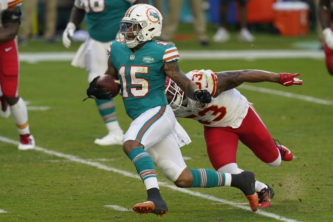 Dolphins receiver Lynn Bowden eludes Chiefs linebacker Anthony Hitchens.